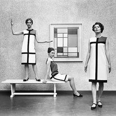 ok i love Saint Laurent and I love Piet Mondrian so BLESS. Yves Saint Laurent's De Stijl collection in front of a Piet - 1966 Piet Mondrian, Mondrian Dress, Saint Laurent Paris, Saint Laurent Dress, St Laurent, Vintage Chic, Moda Vintage, Vintage Vogue, Vintage Models