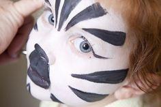 animal face painting.  Tube maquillage blanc: http://www.feezia.com/univers/accessoires-de-fete/maquillage-1/tube-fard-blanc.html  noir: http://www.feezia.com/univers/accessoires-de-fete/maquillage-1/tube-fard-noir.html
