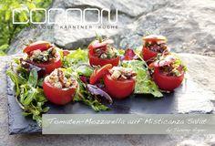 Tomaten Mozzarella Tomate Mozzarella, Burger, Fun Drinks, Bruschetta, Delicate, Ethnic Recipes, Food, Tomatoes, Meat