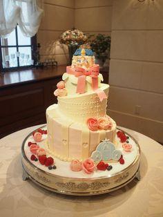 シンデレラのようなプリンセスを思わせるケーキです。 ご新郎様がプロポーズしているシーンが描かれております。