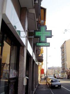 """Croce farmacia a LED Easy90 con cassonetto riportante la scritta """"FARMACIA"""""""
