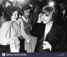 Download this stock image: Schneider, Romy, 23.9.1938 - 29.5.1982, German actress, half length, with fans, circa 1971, 1970s, short hairstyle, fan people, - b485gf from Alamy's library of millions of high resolution stock photos, illustrations and vectors.