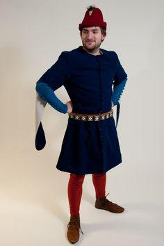 Rote Beinlinge, blaue Cotehardie, dunkelblauer Surcote mit offenen Ärmeln und roter Filzhut Male Clothing, Girdles, 14th Century, Larp, Persona, Armour, Medieval, Captain Hat, Inspiration