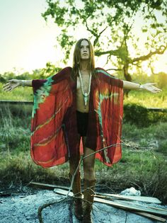 Love her kimono / cape whatever the hell it is called its AMAZING x