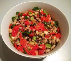 Μια ελαφριά και εύκολη σαλάτα για όλους εμάς που τρώμε όσπρια, και που μπορούμε να την απολαύσουμε σαν κυρίως γεύμα.  Συνταγή (3 μερίδες) Υλικά :   250 γρ. φασόλια μαυρομάτικα.  3-4 φρέσκα κρεμμυδάκια.  1 ματσάκι μαϊντανός.  4 πιπεριές φλωρίνης.  5 κ.σούπας ελαιόλαδο.  2 κ.σούπας ξύδι  1 κ.σούπας μουστάρδα.  1 κ.σούπας μέλι.  1 κ.γλυκού …