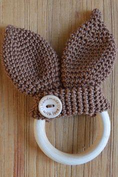 Link haken patroon bijtring baby rammelaar oortjes konijnen crochet rattle pattern free dutch https://sabziel.wordpress.com/