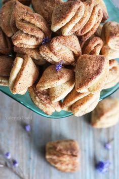 BISCUIȚI ÎMPĂTURIȚI DIN BRÂNZĂ DE VACI I Rețetă + Video - Valerie's Food Romanian Food, Biscotti, French Toast, Pancakes, Sweets, Bread, Breakfast, Desserts, Dessert Ideas