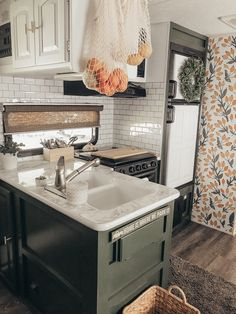 Look at this lovely cozy kitchen😍 Don't you just LOVE how well this wallpaper compliments the color scheme in this kitchen? Camper Kitchen, Cozy Kitchen, Tiny House Living, Rv Living, Motorhome, Tiny Camper, Camper Life, Van Home, Rv Interior