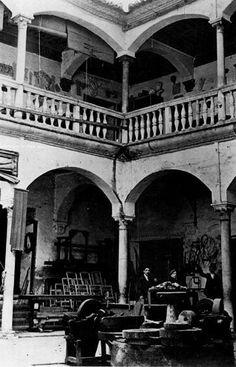 Palacio de Buenavista, dedicado a carpintería en los años 1940. Hoy reformado, es la sede del museo Picasso de Málaga, Andalucía. Spain.
