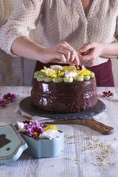 Chiffon cake al cioccolato con crema di pistacchio e fiori eduli