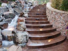 Bachlauf und Treppe nebeneinander kreative Ideen Landschaftsbau