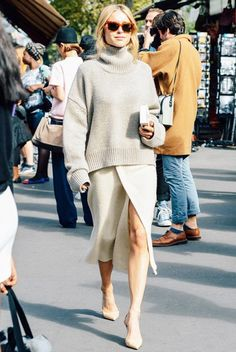 Fall / Winter -street chic style - cozy style - business casual - office wear - work outfit - knit over knit - oversized cream turtleneck sweater + ivory knit pencil skirt with front slit + nude ankle strap stilettos + aviators + ivory clutch Looks Street Style, Looks Style, Simple Street Style, Simple Fall Outfits, Winter Outfits, Pullover Outfit, Sweater Skirt Outfit, Sweater Dresses, Inspiration Mode