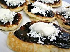 Lívance podle receptu z minulého století, jak je připravovaly naše babičky. Jedná se o variantu kynutých lívanců usmažených na sádle dozlatova, servírovaných potřených marmeládou a ozdobených tvarohem a ušlehanou smetanou. Griddle Cakes, Czech Recipes, I Foods, Pavlova, Sweet Recipes, Cheesecake, Deserts, Dessert Recipes, Food And Drink