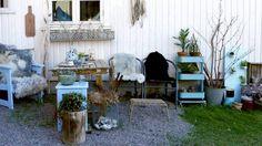 KOSELIG: Ved hjelp av saueskinn, keramikk og planter har Cathrine Gjessing laget en flott - men rimelig - uteplass for familien. Legg merke til glassflaskene i blomsterkassen under vinduet.