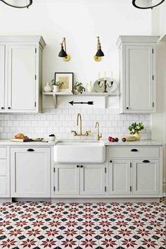 Cozinha com móveis brancos, e uso de cor no piso com ornamento floral. Se ainda faltar espaço, encontre um aqui: https://www.cabemcasa.com.br/busca/sao-paulo-sp/espaco