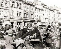 Купівля квітів і вербових галузок на площі Ринок перед Великоднем. Фото початку ХХ ст.