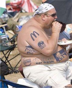 ¿Dónde está el señor? ¿Qué le gusta?  En tu opinión, cuál es el mejor restaurante representado por los tatuajes del señor?