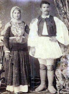 1910 Μέγαρα Νιόπαντροι Greek Costumes, Men's Costumes, Greek Traditional Dress, Traditional Outfits, Greek Feet, Greek Independence, Photos Of Women, Historical Clothing, Old Photos