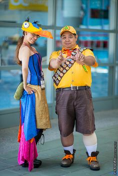 Kevin and Carl from UP, photo by Erik Estrada. Disney Cosplay Costumes, Celebrity Halloween Costumes, Epic Cosplay, Up Halloween, Amazing Cosplay, Cosplay Outfits, Cosplay Ideas, Costume Ideas, Russel Up