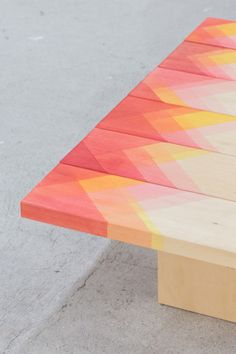 I love this patterned table. I want to make something similar! | Un estampado genial para pintar en muebles o paredes
