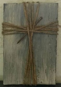 Create Simple Pallet Wood Projects To Enhance Your Home's Interior Decor Pallet Crafts, Pallet Art, Wooden Crafts, Barn Wood Crafts, Wooden Crosses, Wall Crosses, Crosses Decor, Burlap Cross, Rustic Cross
