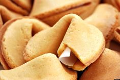Te presentamos la historia verdadera (o al menos la leyenda más aceptada) del origen de las famosas galletas de la fortuna o de la suerte.