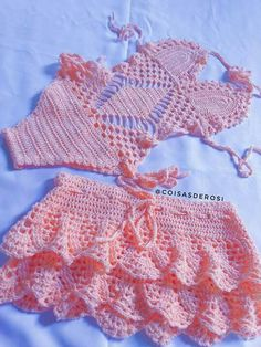 body maiô infantil em crochê Com saída de praia. Passo a passo da saia já disponível no canal coisas Crochet Baby Bikini, Crochet Bikini Pattern, Baby Girl Crochet, Crochet Baby Clothes, Mode Crochet, Crochet Lace, Crochet Designs, Crochet Patterns, Lidia Crochet Tricot