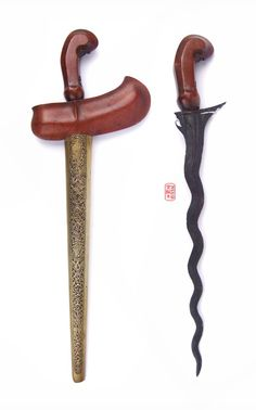 Ceremonial Keris #indonesia #keris Swords And Daggers, Knives And Swords, Indonesian Art, Cat Shoes, Javanese, Fantasy Weapons, Blacksmithing, Archaeology, Old Things