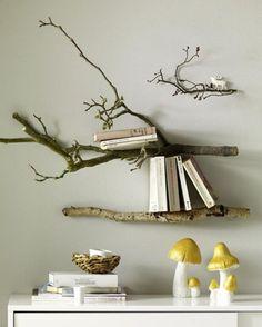 壁に直接取り付けて、シェルフ使いにするアイデア。 1本より、2本か3本でまとめると、コーナーにまとまりがでます。 金具で壁から少し離して固定すると、本やCDが立て掛けやすくなりますよ。