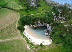 Playa  de Gulpiyuri,  Asturias,  España