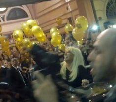 Cuando sale @Su_Gimenez del teatro es una fiesta, anoche hubo globos. GRACIAS SUSANA!!! Te amo. PH @susalorna (18/04/15).