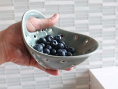 Pottery Berry Bowl with Handle – Small – Ceramic Colander Keramik Berry Bowl mit Griff kleine Keramik Sieb Hand Built Pottery, Slab Pottery, Pottery Wheel, Pottery Bowls, Ceramic Pottery, Thrown Pottery, Pottery Mugs, Pottery Shop, Ceramic Clay