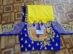 Wedding Saree Blouse Designs, Best Blouse Designs, Simple Blouse Designs, Saree Blouse Neck Designs, Kurti Designs Party Wear, Blouse Patterns, Traditional Blouse Designs, Mom And Baby Dresses, Hand Work Blouse Design
