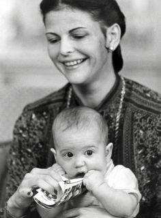 TRO KOPI:  Sofia Hellqvist er svært lik dronning Silvia da hun var ung. Her har hun prins Carl Philip på fanget i 1979. Foto: Stella Pictures