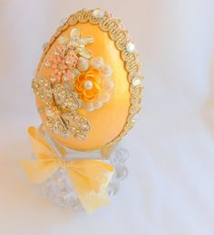 Jeweled Golden Egg on Crystal Stand Easter Egg Crafts, Easter Eggs, Easter Food, Easter Decor, Quilted Ornaments, Christmas Ornaments, Diy Ostern, Easter Parade, How To Make Ribbon