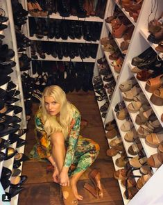 You Have to See Jessica Simpson's Massive Shoe Closet to Believe It Jessica Simpson Style, Jessica Simpson Collection, Jessica Simpson Shoes, Celebrity Closets, Celebrity Houses, Shoe Room, Shoe Closet, Jessica Ann, Closets