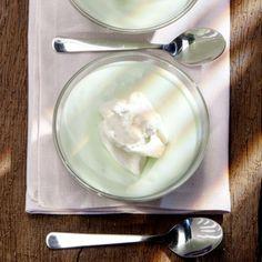 """Ein Tortenrezept mit Götterspeise brachte Gisela Kröger auf die Idee für das ungewöhnliche, grüne Dessert. """"Mittlerweile ist die Göttercreme seit..."""