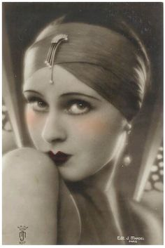 1920s flapper girl / I love the very thin eyebrows of the 20s. Women in those days made their eyebrows look classy/elegant.