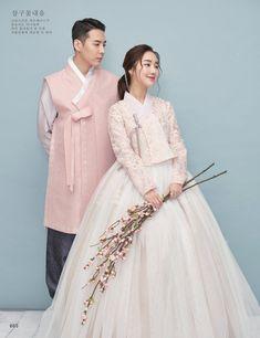 살구꽃내음 Korean Traditional Clothes, Traditional Fashion, Traditional Outfits, Hanbok Wedding, Muslimah Wedding Dress, Asian Wedding Dress, Korean Wedding, Korean Bride, Korea Dress