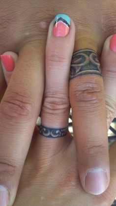 Wedding ring tattoos with design - It sure is nice to have matching tattoos with. - Wedding ring tattoos with design – It sure is nice to have matching tattoos with your loved one. Finger Tattoo Designs, Ring Finger Tattoos, Couples Tattoo Designs, Neue Tattoos, Body Art Tattoos, Tattoo Art, Tattoo Ringe, Marriage Tattoos, Wedding Band Tattoo