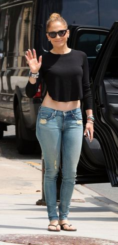 Jennifer Lopez in Rag & Bone Skinny jeans in Destroyed
