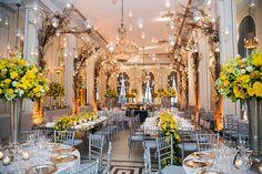 Decoração de casamento clássico-contemporâneo no Hotel Copacabana Palace - amarelo e cinza - velas suspensas ( Foto: Marina Fava )