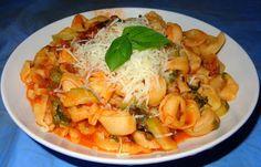 Τορτελίνια με κολοκυθάκια.!! ~ ΜΑΓΕΙΡΙΚΗ ΚΑΙ ΣΥΝΤΑΓΕΣ Cookbook Recipes, Cooking Recipes, Thai Red Curry, Cabbage, Spaghetti, Food And Drink, Pasta, Meat, Chicken