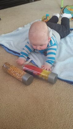 De fles rollen we naar de baby waar verschillende elementen in kunnen zitten zoals water met kleurstof, pasta, rijst, pluimen, ... . De baby kan dan de fles observeren en opnemen of wegrollen en erachter kruipen/tijgeren.