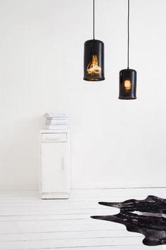 Conçues par Young & Battaglia, le duo de designers derrière la marque de design britannique Mineheart, les lumières Cauldron (« chaudron » en français) visent à apporter une ambiance chaleureuse à votre habitation.  Faites de verre lisse noir, les lampes ont été inspirées par des pots de cuisson traditionnels, d'où leur nom. Les lampes Chaudron se déclinent en quatre modèles – trois suspensions de diverses formes et une lampe de table.