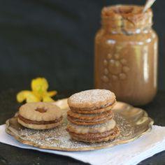 Bueeeenos días! Desde mi trotadora les pasó esta receta exquisita que no pueden dejar de hacer: ALFAJORES SALUDABLES {galletas rellenas de dulce de leche}. Receta en http://www.minrebolledo.com