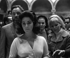Elizabeth Taylor and Richard Burton give a press conference in Rome, photo by Grassi, March 1966 Elizabeth Taylor, Miss Elizabeth, Golden Age Of Hollywood, Classic Hollywood, Burton And Taylor, Eddie Fisher, She Walks In Beauty, Violet Eyes, Janet Jackson