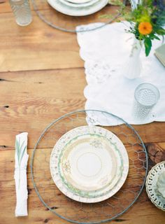 Chicken wire chargers | Photography by Anne Robert, Styling by Something Vintage Rentals