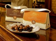 Espresso dragées 50 gr Fine roasted Arabica coffee beans covered in dark chocolate (cocoa minimum 56%). Individually wrapped.  50 gr - 1,7 oz