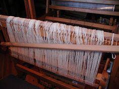 "Wolle Natur Farben : ""Rezept"" für kleine gewebte Wolldecken Plaids Teil 2 Outdoor Furniture, Outdoor Decor, Home Decor, Wool Quilts, Woven Chair, Loom, Natural Colors, Cardboard Paper, Weaving"
